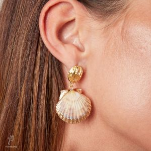 Pendientes two shells together